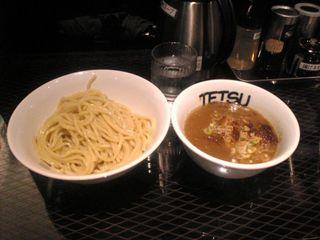 注文したのは一番ベーシックな800円の「つけめん」です。麺の太さは2ミリくらいのぶっとさ!スープは濃厚ですが好みに薄くできます。