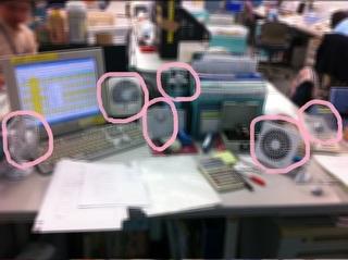 机に扇風機が6台並んだ光景!