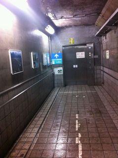 エレベーター乗り場。ここから頂上まで120mあります