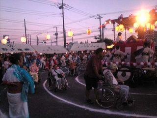 元気なお年寄りは車椅子で楽しんでいます