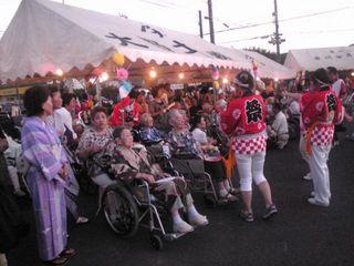年に一度のお祭りを職員さんも法被を着て盛り上げます