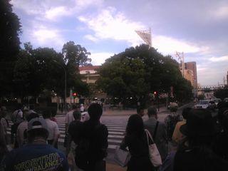 この信号を渡ればもう横浜スタジアムです
