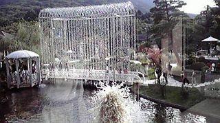 庭園の中心に輝くクリスタルアーチ