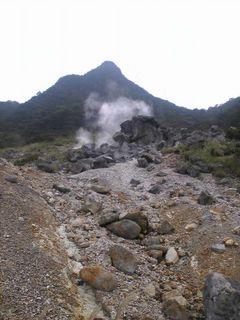 水蒸気が噴出す大涌谷は硫黄の臭いが立ちこめます