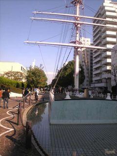 街の真中に船が??三笠公園通りにある日本丸のモニュメント。