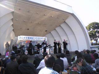 野外ステージでの米海軍音楽隊の演奏