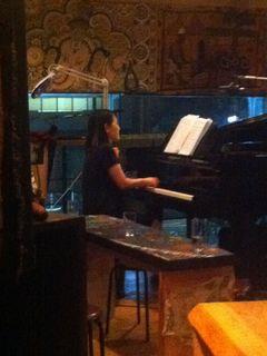 ピアノは深澤芳美さん。