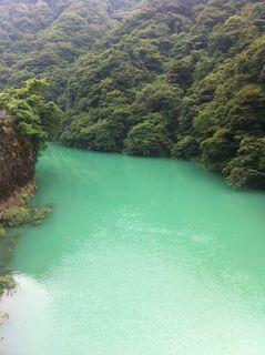 宮ケ瀬ダムの下流はエメラルド色をしていた