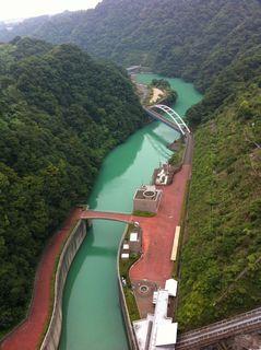 宮ケ瀬ダムの頂上から見た下流の光景